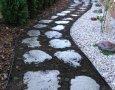 Pohled na chodníček osázený plazivou nízkorostoucí mateřídouškou