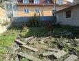 Vytrhané záhonové obrubníky před započetím rekultivace pozemku