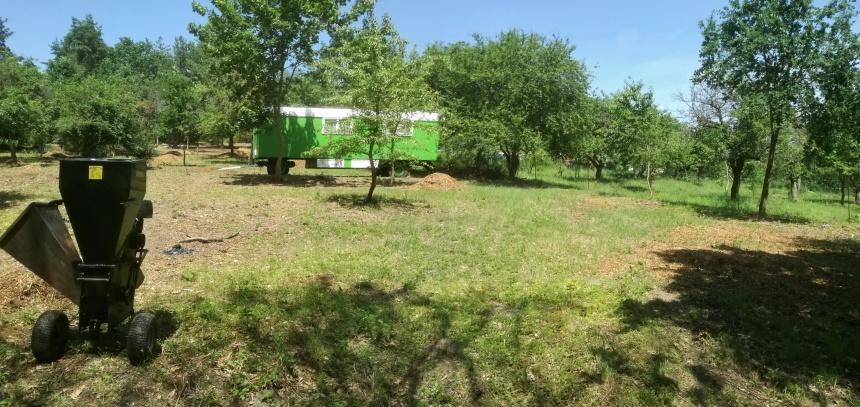 Zahrada je již z 90% vyčištěna a spokojení majitelé již dovezli obytnou maringotku