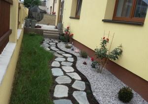 Realizace zahrady, kamenný chodníček a okrasné záhony s růžemi