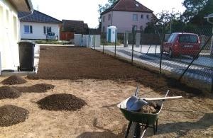 Výsev nového trávníku v Červeném Újezdě