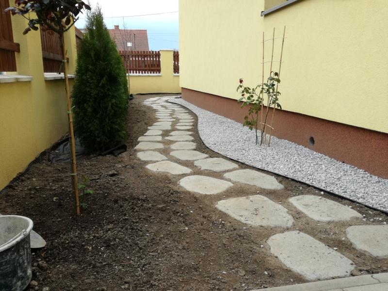 Pohled na již vysazené Túje a založený záhon a chodníček kolem domu