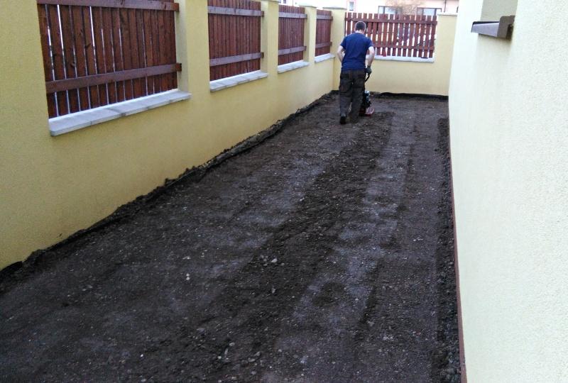 Po důkladném zkypření zeminy bylo nutné lehké zhutnění půdy