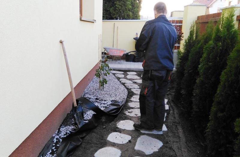 Zakládání okrasného záhonu okolo domu
