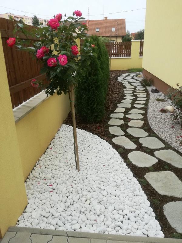 Pohled do přední části zahrady. Téměř finální podoba