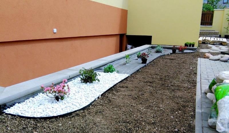 Postupná výsadba okrasných rostlin do záhonu