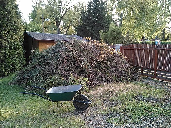 Hromada odpadní dřevní hmoty vzniklá po rekultivaci záhonů a prořezu dřevin...