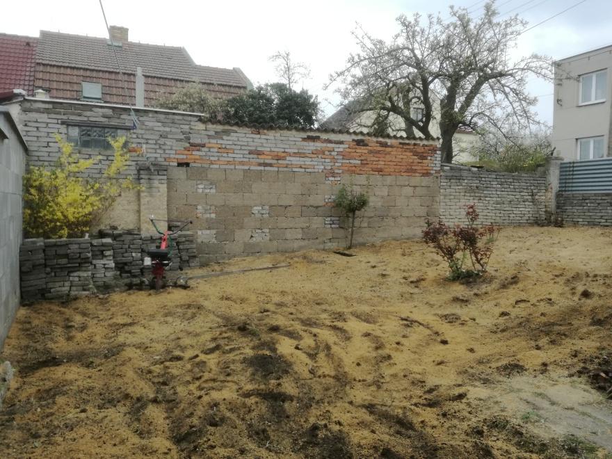 Po nakypření půdy došlo na pískování pro její zkřehčení