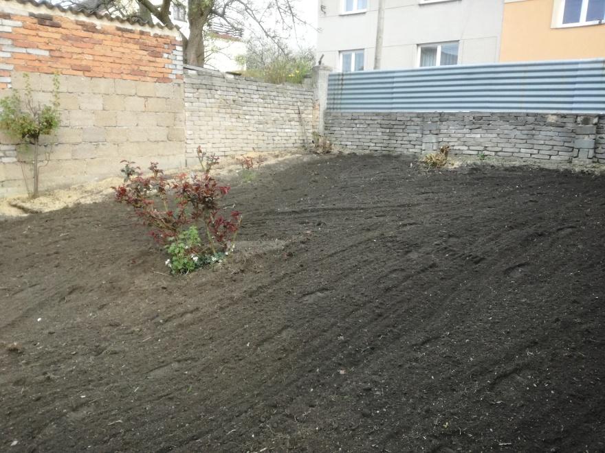 Půda je již téměř připravena na výsev travního osiva
