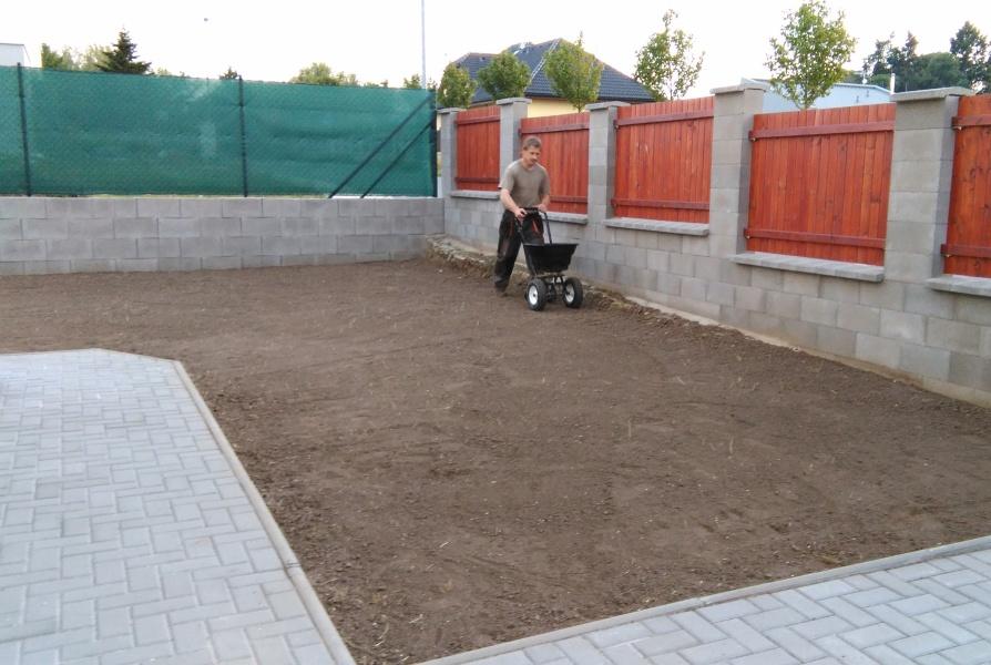 Probíhající výsev trávníku