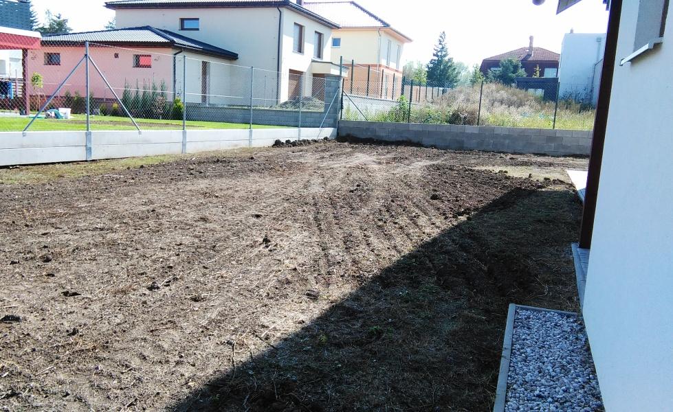 Hromada ornice je již zlikvidována, půda je připravena na rotavátorování