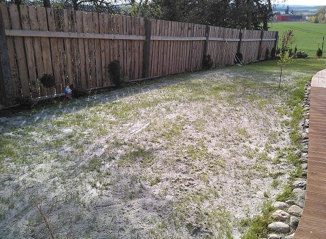 Pískování trávníku se blíží ke konci